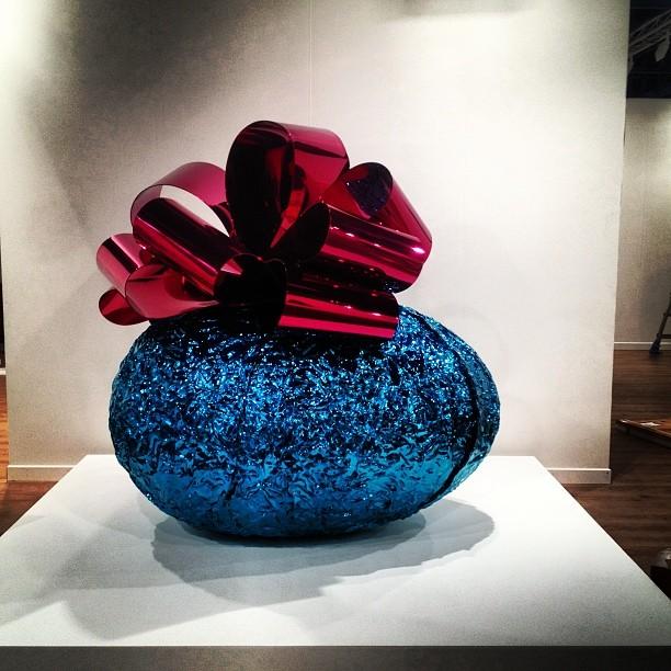 Jeff Koons en el stand de la galería Gagosian