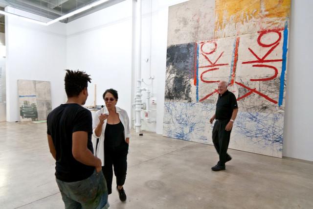 Obra de Oscar Murillo en la Rubell´Family Collection en Miami. En la imagen, Mera y Don Rubell con el artista