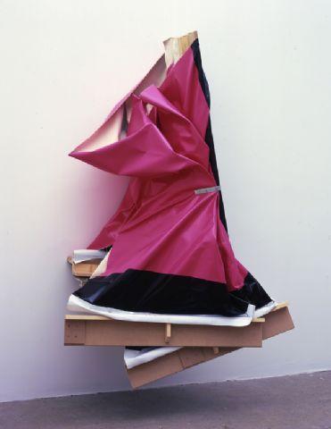 obra de la española Angela de la Cruz. Su trabajo circula alrededor de la plástica del bastidor y del cuadro como soporte. Ciertamente inspiración del movimiento argentino Madí.