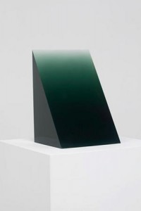 "Movimiento californiano Light and Space: Peter Alexander, 1969, ""Green Wedge"", cast polyester resin, 36 x 24 x 22 cm"