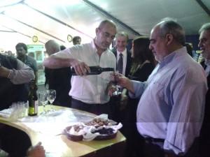 Gobernador de Corrientes, Ricardo Colombi, recorriendo el stand de San Juan