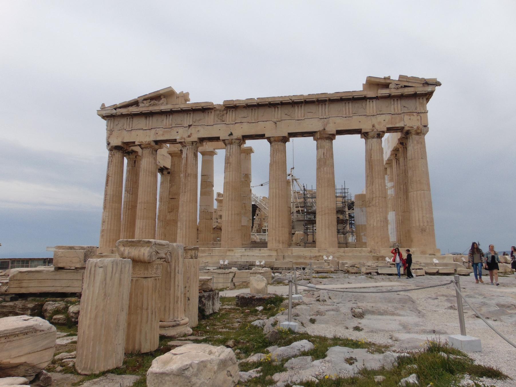 El Partenón, en honor a la diosa Atenea Partenos (la virgen), en el centro de la Acrópolis