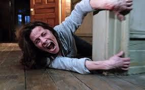"""Lili Taylor, la madre, atacada por el espíritu maligno en """"El conjuro"""""""