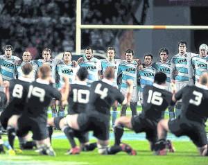 All-Blacks-Haka-Pumas-abrazados_CLAIMA20120930_0097_14